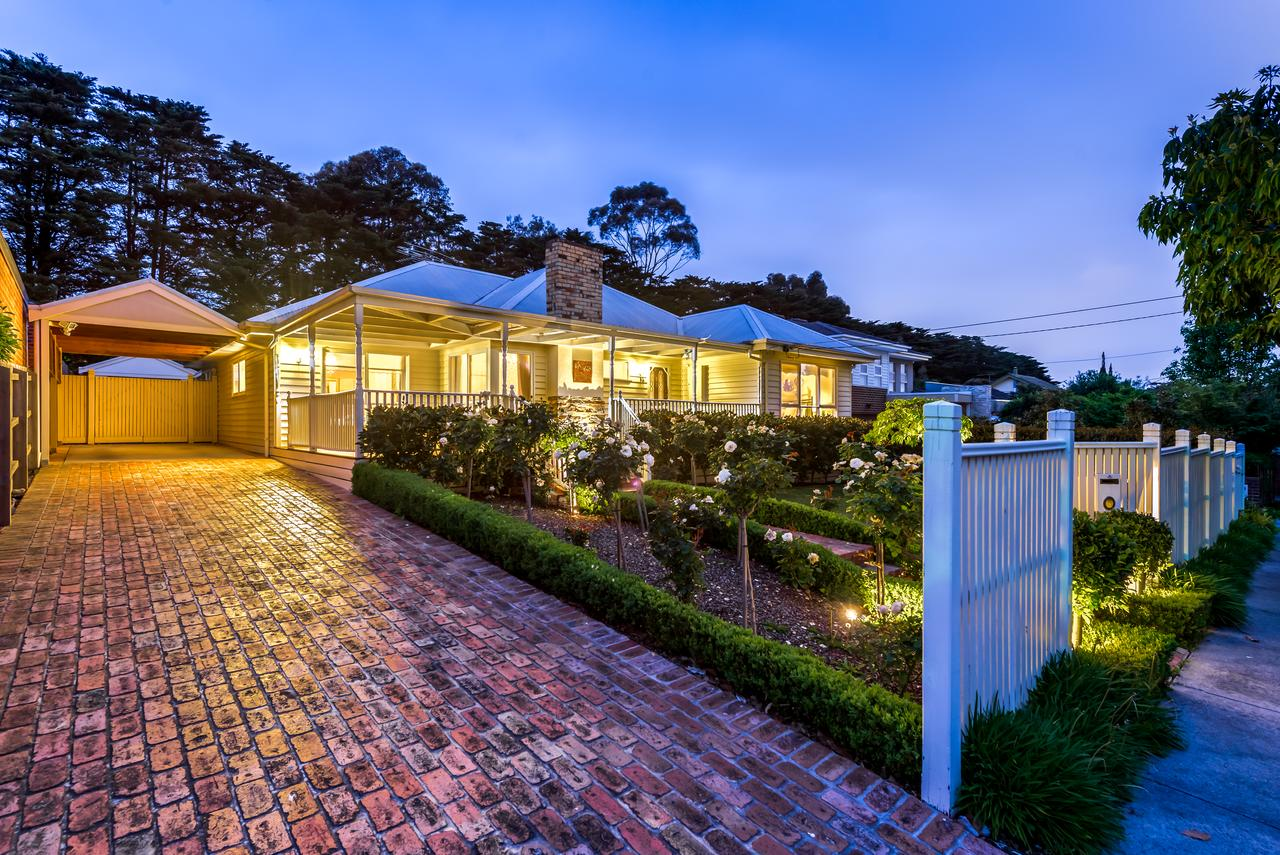Lovely 5BR full house in Glen Waverley walk to train bus  shops - Tourism Gold Coast